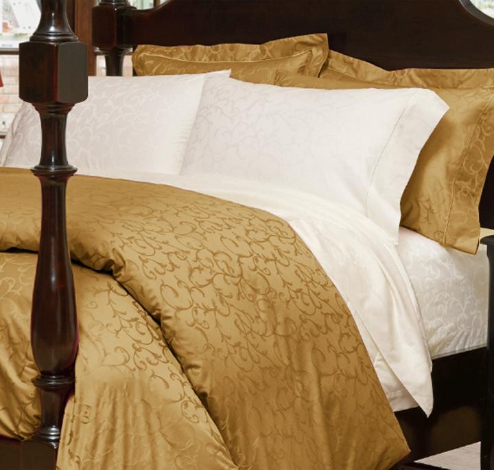 豪華で気品あふれるリュクスなジャガード織り、400スレッドカウント、コットン100%のなめらかな生地。複雑な模様が織り出され、きめ細かくなめらかな質感、美しく艶やかな光沢。美しさにため息がでそうなほど。上質さや重厚さのある素敵なコーディネートに仕上がります。まるで、そこがホテルの一室のような優雅さあふれる空間に。ジャカードスクロール模様のリネンは、アンティーク調のインテリアと好相性です。
